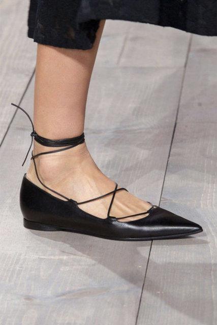 Yüksek platformlar, blok renkler, grafik detaylı şık tasarımlar, gladyatör sandallar ilk göze çarpan modeller arasında. Yeni sezonun ayakkabılarına hakim olacak diğer trendlere birlikte bir göz atalım.