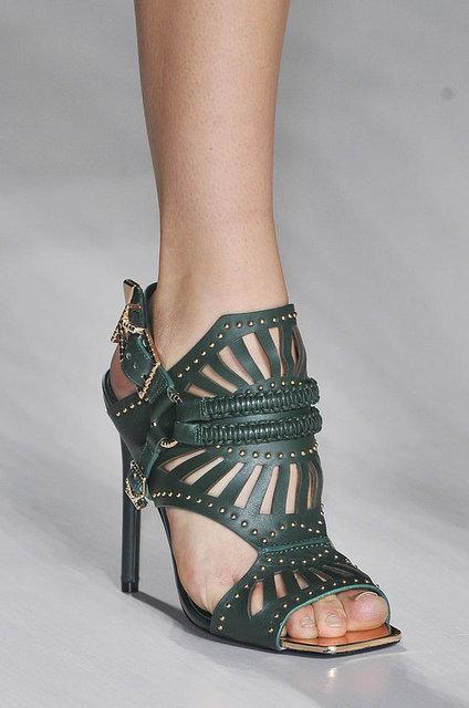 Doğal görünümlü dokuma detaylar ile hazırlanmış ayakkabılar, özellikle topuklu sandaletler favoriler arasında olacak.