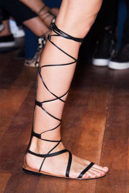 Sivri burunlu ve yüksek topuklu stiletto'lar, arkası açık iskarpinler, bilekten bağlı ayakkabılar, birer klasik olarak yerlerini koruyacaklar.