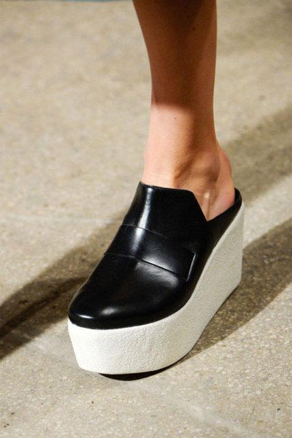 Bilekten bağlı ayakkabılar, sezonun must-have'leri arasında. Bu sezonun en belirgin trendlerinden biri de cesur ve sert çizgiler, metal donanımlı ayakkabılar olacak.