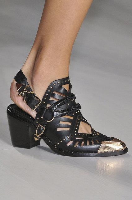 Süslemeler, tüylü detaylar, saçaklı ve tokalı ayakkabılarda bu sene sıkça rastlayacağımız modeller.